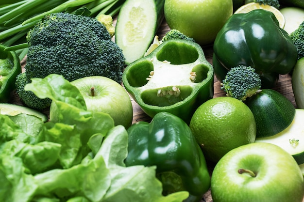 Hintergrund des frischen grünen gemüses und der kräuter. nahansicht.