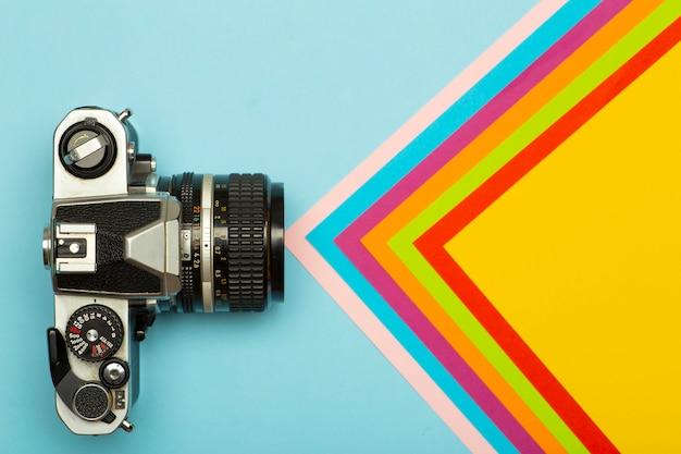 Hintergrund des kreativen konzepts der fotokamera. vintage retro-fotokamera auf einem farbigen hintergrund. reise-, urlaubs- und fotokonzept