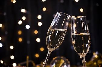 Hintergrund des neuen Jahres mit Champagnergläsern