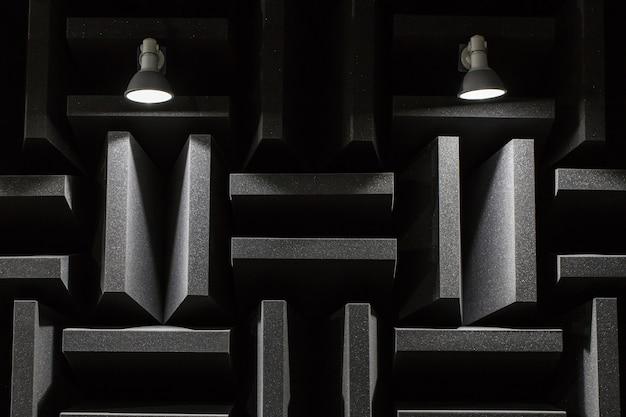 Hintergrund des studioschalls, der akustischen schaum und led-licht dämpft. musikzimmer. schalldicht