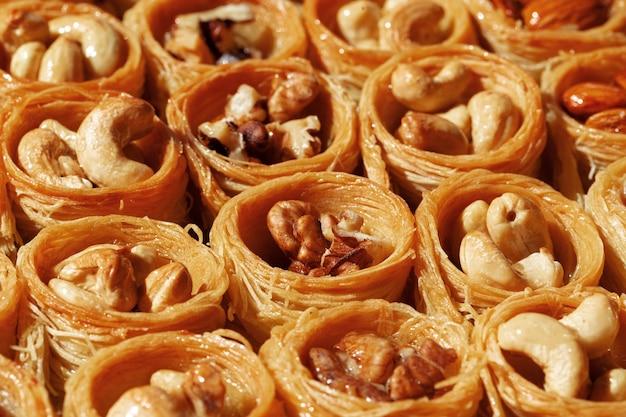 Hintergrund des traditionellen arabischen dessertbaklava mit honig und nüssen