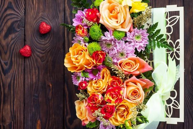 Hintergrund des valentinstags oder des hochzeitstages. schöner blumenstrauß als geschenk.
