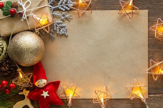 Hintergrund des weihnachten und des neuen jahres verzierte hausthema.