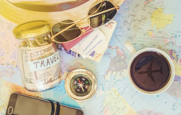Hintergrund die reise, die reflexion in der tasse kaffee. karte. selektiver fokus