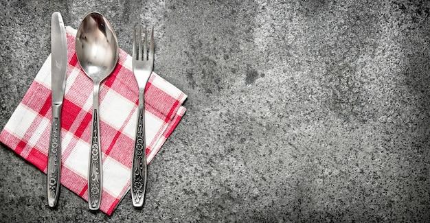 Hintergrund dienen. besteck auf einer serviette. auf rustikalem hintergrund.