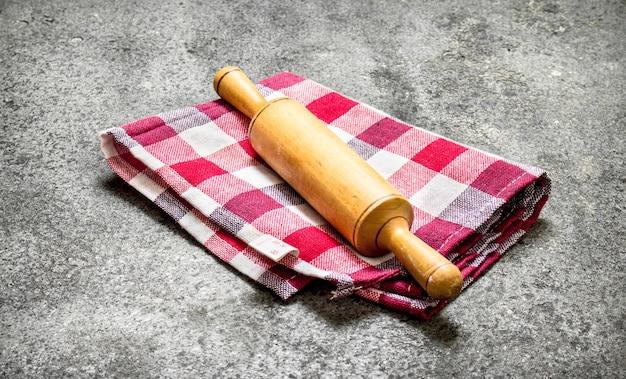 Hintergrund dienen. nudelholz auf einer serviette.