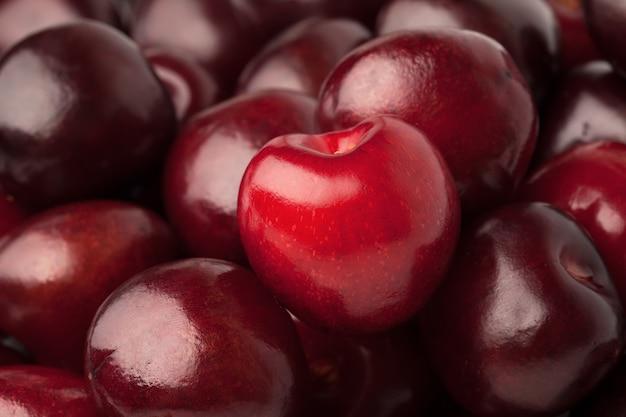 Hintergrund einer handvoll roter reifer süßkirsche
