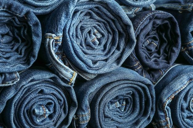 Hintergrund einer stapel gerollten jeans, platz für text