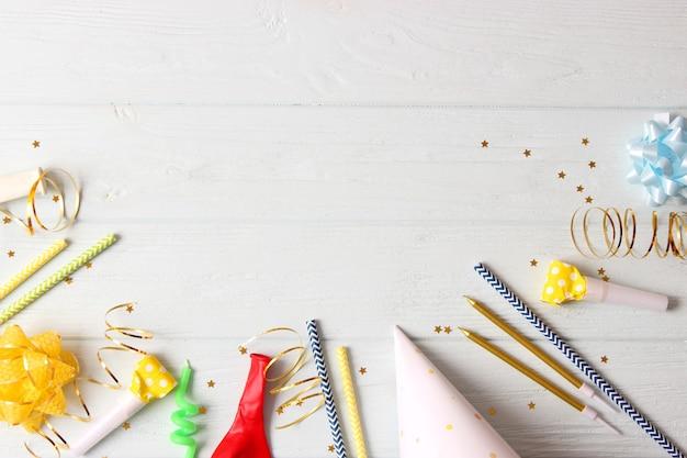 Hintergrund für die weihnachtsfeier oder den geburtstag auf farbigem hintergrund