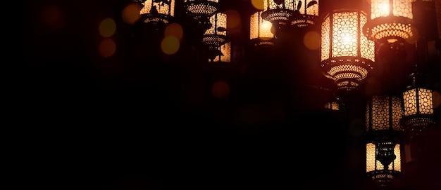 Hintergrund für muslimische feiertage. eid-ul-adha-festivalfeier. arabische ramadan-laterne. dekorationslampe auf schwarzem hintergrund, kopienraum.