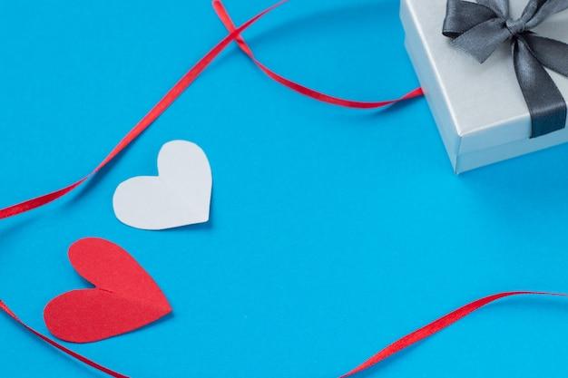 Hintergrund für valentinstag und achte märz, rosenblätter und herzen