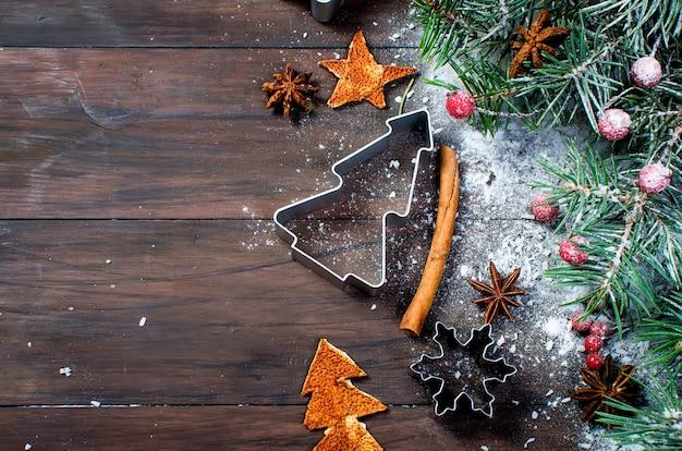 Hintergrund für weihnachtsbacken, tanne, bälle, perlen, kegel, würziger weihnachtshintergrund.