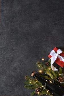 Hintergrund im neujahrskonzept. dekoration mit tanne und geschenken auf einem schwarzen hintergrund.