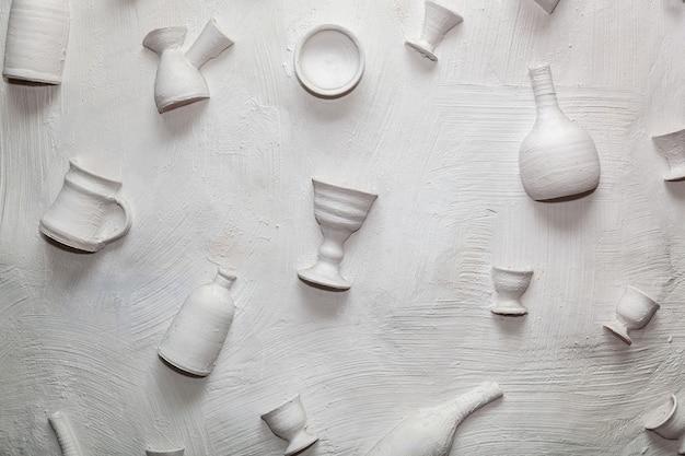 Hintergrund keramikgeschirr an der wand interessante designlösungen gestalten die wände von restaurants