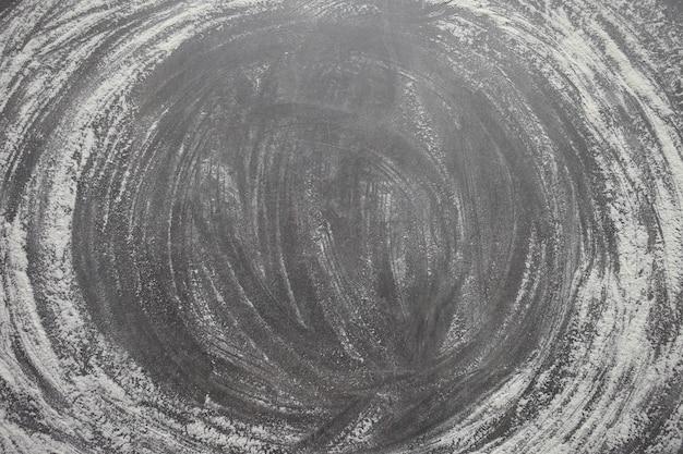 Hintergrund. mehl auf einem grauen betonsteintisch