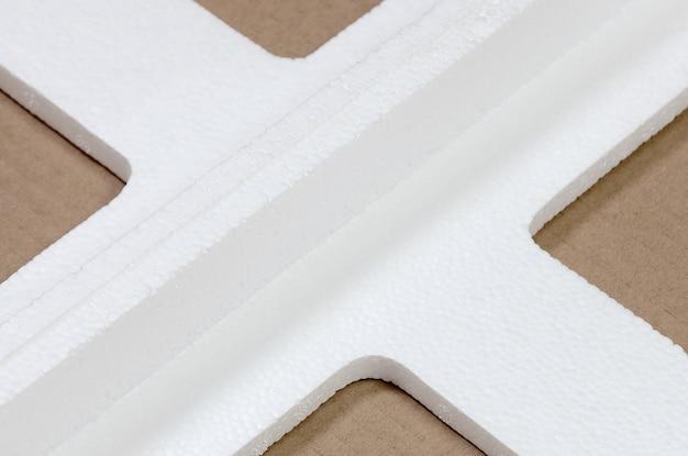 Hintergrund mit den beige papppapier- und styroporkästen verworfen als abfall