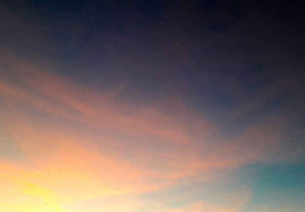 Hintergrund mit einem klaren himmel in rosa und blauen farben
