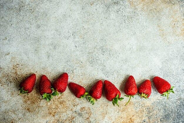 Hintergrund mit frischen bio-erdbeeren auf betontisch gemacht