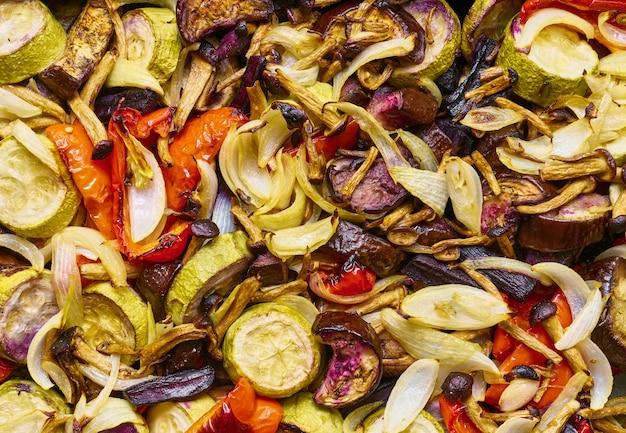 Hintergrund mit gebackenem gemüse