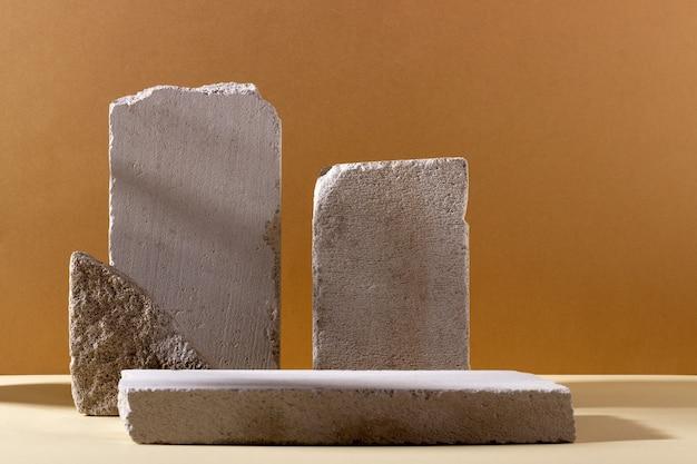 Hintergrund mit geometrischen formen aus beton für kosmetische produkte. rechteckige podeste mit schatten auf beigem hintergrund. leeres modell für die präsentation der produktverpackung