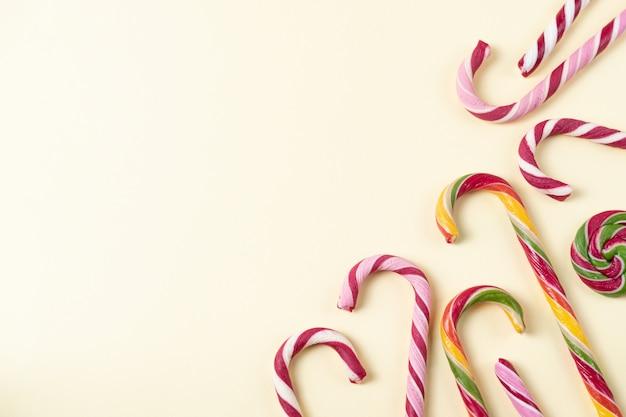 Hintergrund mit geschmackvollen weihnachtszuckerstangen. overhead mit textfreiraum
