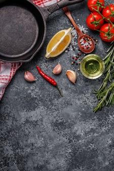 Hintergrund mit gewürzen, kräutern, olivenöl und pfanne zum kochen.