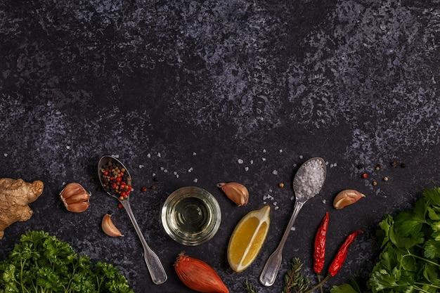 Hintergrund mit gewürzen, kräutern und olivenöl