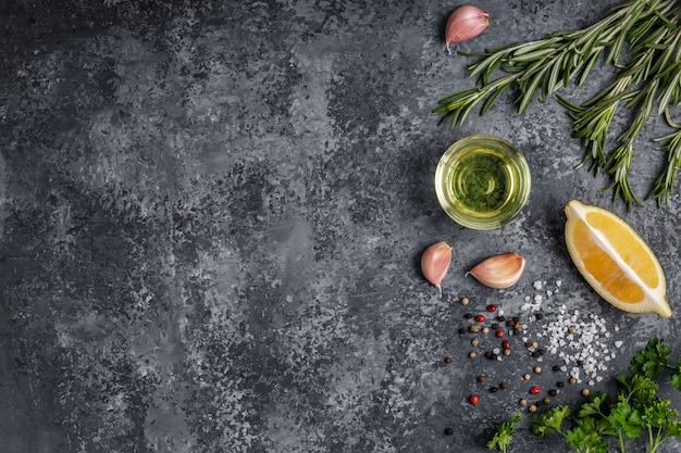 Hintergrund mit gewürzen, kräutern und olivenöl.
