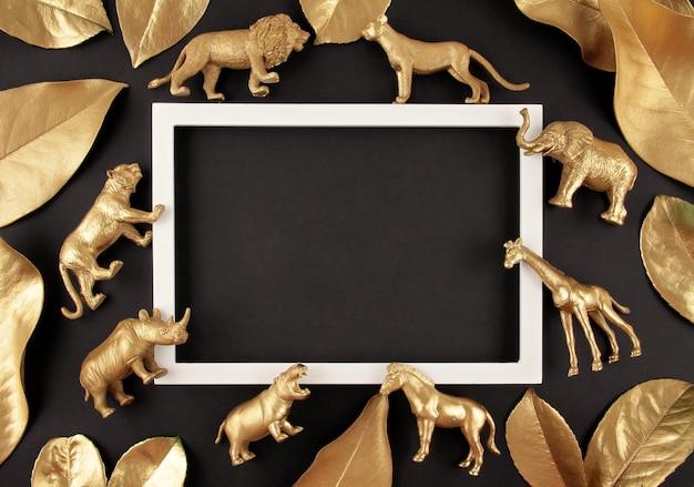 Hintergrund mit goldenen tropischen blättern und exotischen tieren