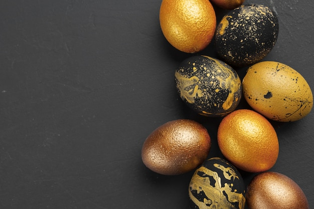 Hintergrund mit goldenen verzierten ostereiern