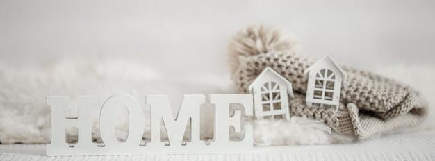 Hintergrund mit hölzerner inschrift nach hause. dekorative buchstaben, die wort home bilden.