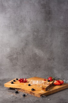 Hintergrund mit holzbrettern und beeren für das restaurantmenü