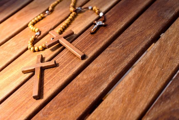 Hintergrund mit holzkreuzen und christlichem religiösem rosenkranz