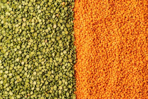 Hintergrund mit linsen samen der einjährigen leguminosenpflanze, sie sind reich an pflanzlichem eiweiß.