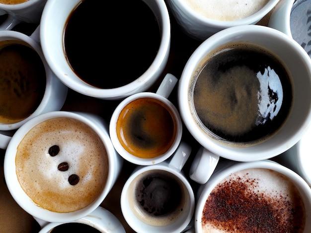 Hintergrund mit mehreren tassen verschiedenen kaffeesorten von oben