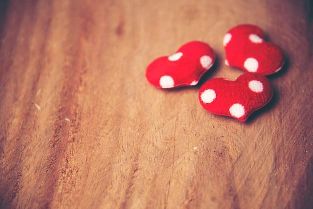 Hintergrund mit roten herzen, platz für text, valentinstag Premium Fotos