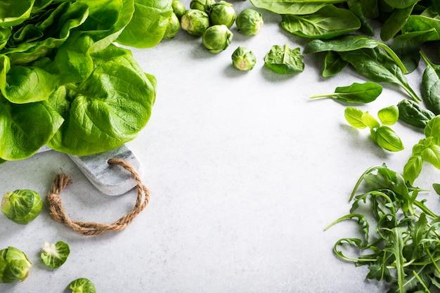 Hintergrund mit sortiertem grünem gemüse