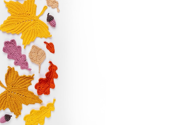 Hintergrund mit strickenden gelben blättern. herbst-konzept. herbststimmung
