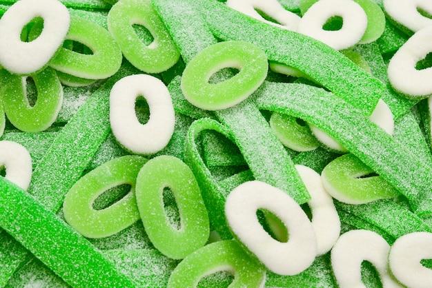 Hintergrund mit verschiedenen grünen gummibonbons. draufsicht. gelee-süßigkeiten.