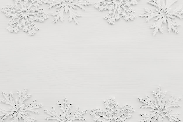 Hintergrund mit weißen schneeflocken auf weißem holz