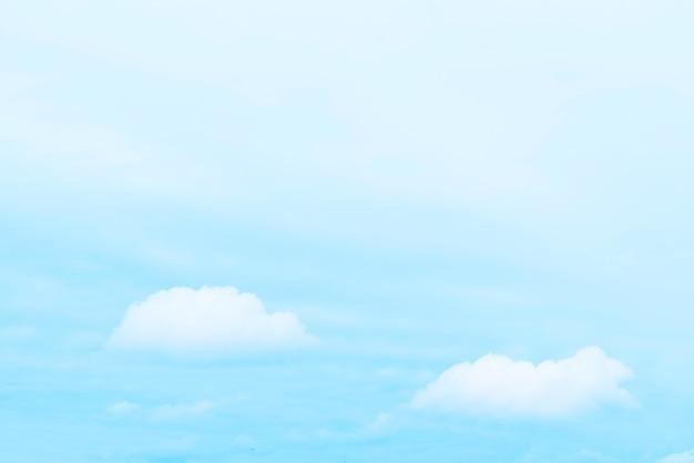 Hintergrund mit wolken am blauen himmel.