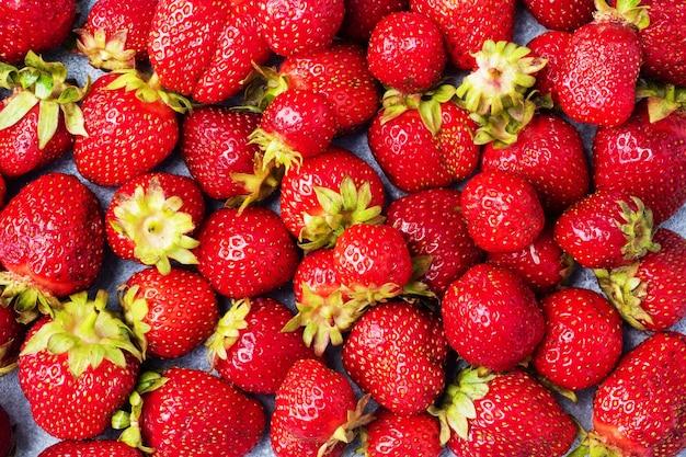 Hintergrund saftige reife erdbeeren. süßes gesundes dessert, vitaminernte. nahaufnahme.