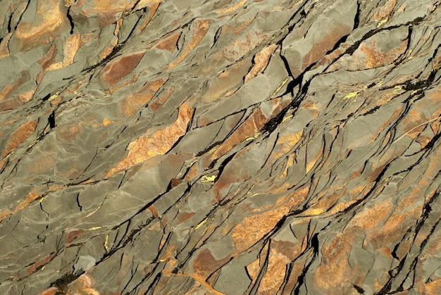 Hintergrund, textur - dunkelbraun geschichtetes naturgestein mit hellbraunen flecken