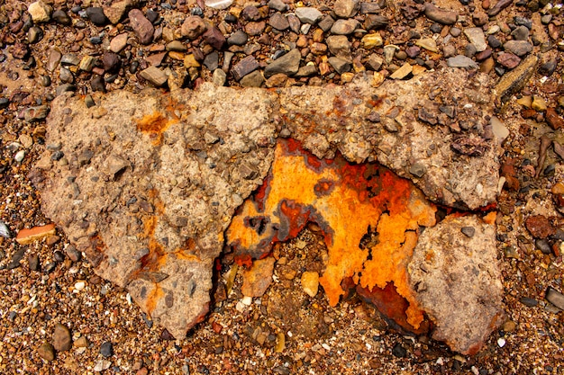 Hintergrund und beschaffenheit des verrosteten stahls auf dem strand.