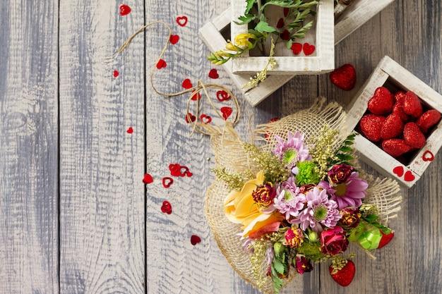 Hintergrund valentinstag oder hochzeit. korbstrauß aus rosen und chrysanthemen.