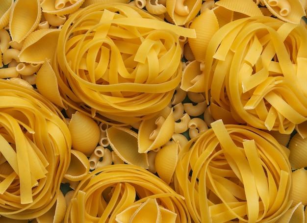 Hintergrund verschiedener arten von rohen italienischen nudeln.