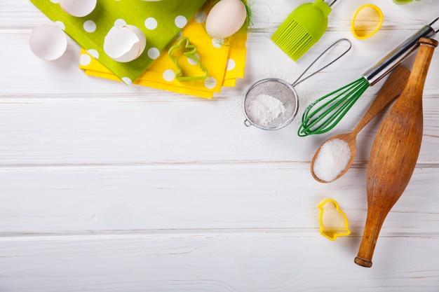 Hintergrund von backenbestandteilen keksschneider. ostern