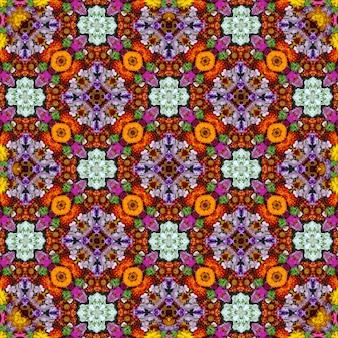 Hintergrund von blumen und von beeren, die wirkung eines kaleidoskops.