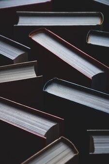 Hintergrund von büchern in hardcovers, vollbild-textur, vertikale aufnahme