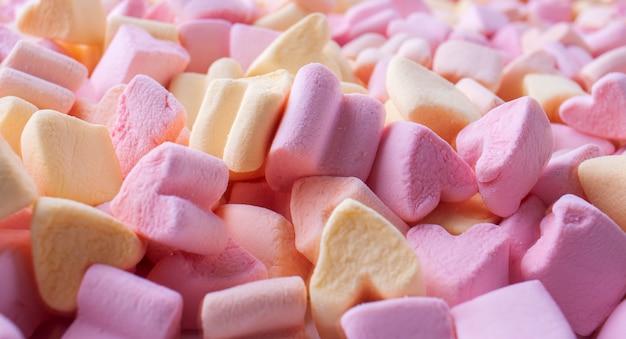 Hintergrund von bunten kleinen marshmallows in form von herzen